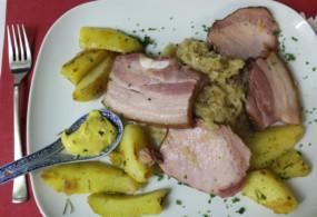 Bratkartoffeln mit Sauerkraut und Fleisch
